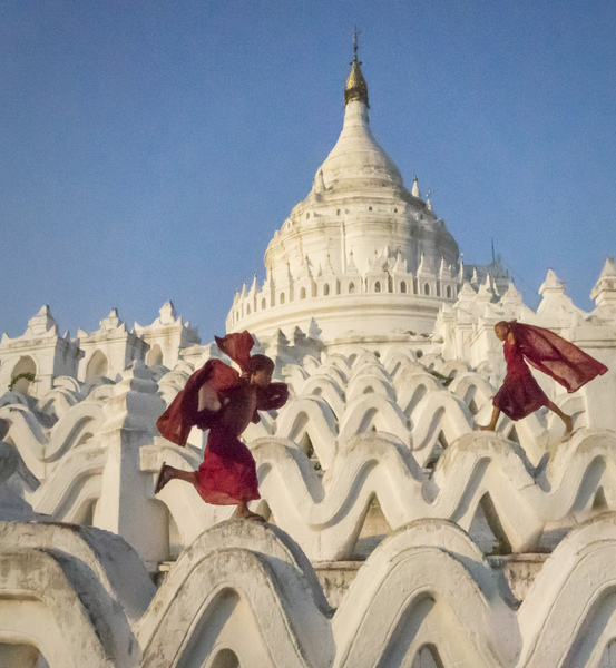 1- Young Monks Running On Hainbyume Pagoda